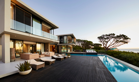 Modern luxury home showcase deck and swimming poolの写真素材 [FYI02171939]