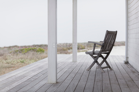 Wooden folding chair on beach house deckの写真素材 [FYI02172058]