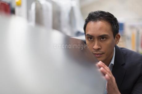 Focused manager inspecting steel in steel factoryの写真素材 [FYI02172069]
