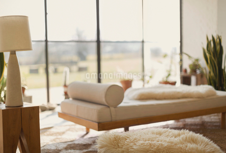 Home showcase chaise lounge in living roomの写真素材 [FYI02172087]