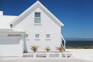 White beach house with sunny ocean viewの写真素材 [FYI02172111]