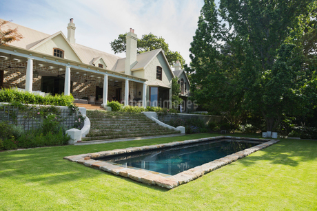 Home showcase exterior with swimming pool and treeの写真素材 [FYI02172119]