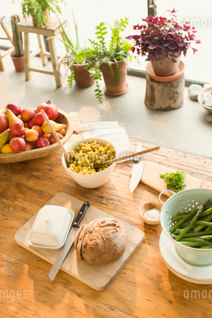 Pasta, fruit, bread, butter and asparagus on dining tableの写真素材 [FYI02172125]