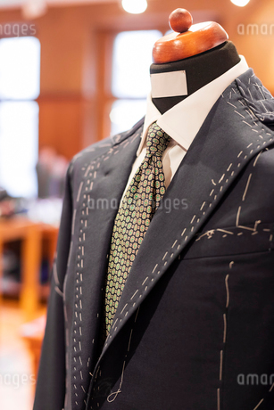 Close up tailored suit on dressmakers model in menswear shopの写真素材 [FYI02172185]