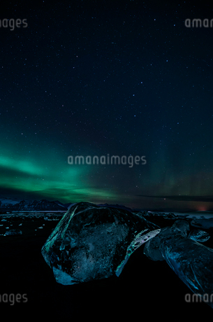 Northern lights over icy night landscape and Jokulsarlon glacier, Icelandの写真素材 [FYI02172209]