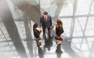 Corporate business people talking in modern office lobbyの写真素材 [FYI02172267]