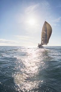 Sailboat on sunny oceanの写真素材 [FYI02172305]