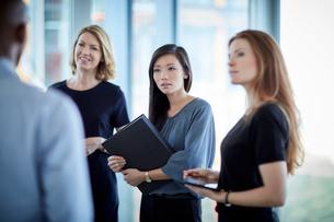 Attentive businesswomen listening to businessmanの写真素材 [FYI02172376]