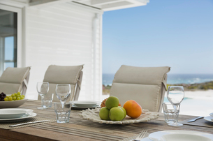 Placesettings on beach house patio tableの写真素材 [FYI02172384]