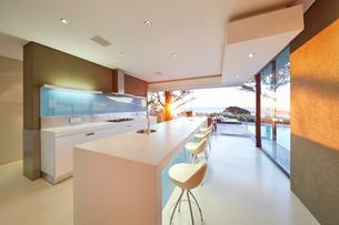 Modern luxury home showcase kitchenの写真素材 [FYI02172402]