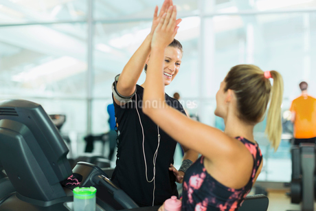 Smiling women high fiving at gymの写真素材 [FYI02172439]