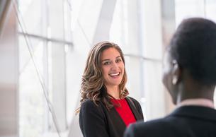 Smiling corporate businesswomen talkingの写真素材 [FYI02172463]