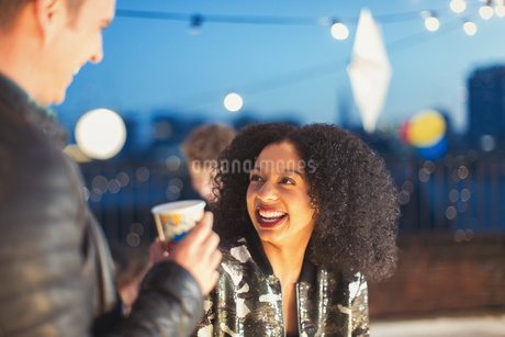 Young woman enjoying rooftop partyの写真素材 [FYI02172468]
