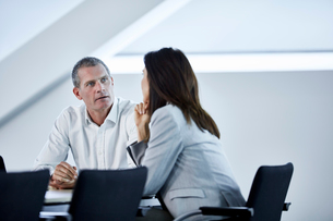 Businessman and businesswoman talking in meetingの写真素材 [FYI02172527]