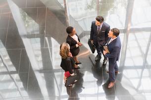 Corporate business people talking in modern office lobbyの写真素材 [FYI02172543]