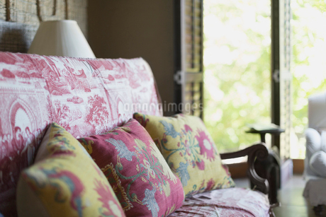 Floral cushions on toile sofaの写真素材 [FYI02172595]