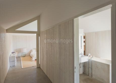Home showcase bathroom and corridorの写真素材 [FYI02172604]