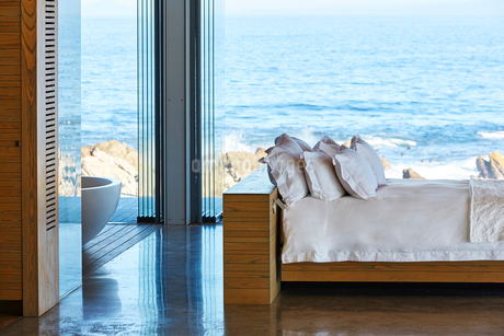 Modern luxury home showcase bed with ocean viewの写真素材 [FYI02172634]