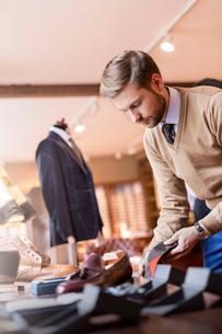 Businessman browsing socks in menswear shopの写真素材 [FYI02172641]