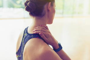 Woman rubbing neck at gymの写真素材 [FYI02172665]