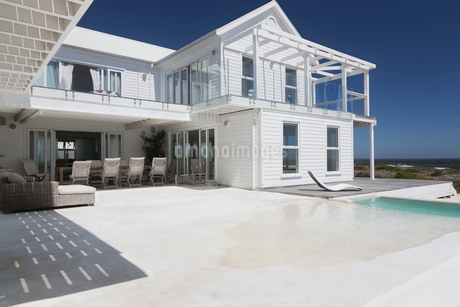 White beach house with sunny swimming poolの写真素材 [FYI02172700]