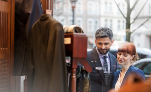Couple window shopping outside menswear shopの写真素材 [FYI02172719]