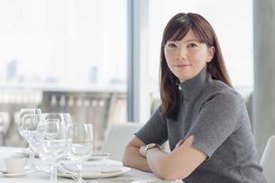 Portrait smiling businesswoman at restaurant tableの写真素材 [FYI02172792]