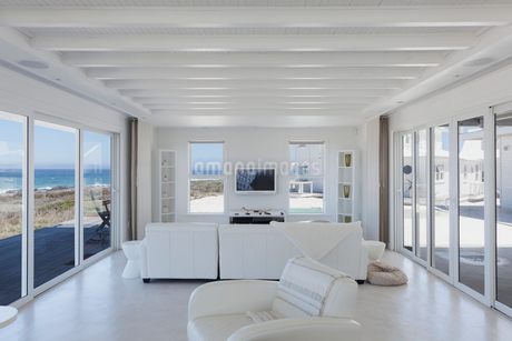 White living room in home showcase beach houseの写真素材 [FYI02172836]