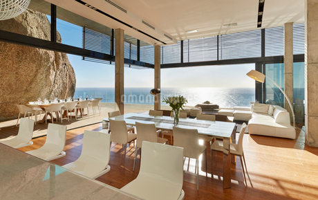 Modern luxury home showcase dining room and living room with sunny ocean viewの写真素材 [FYI02172837]