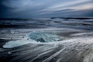 Ice on stormy cold ocean beach, Jokulsarlon, Icelandの写真素材 [FYI02172855]
