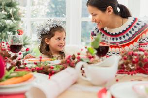 Mother and daughter enjoying Christmas dinnerの写真素材 [FYI02172864]