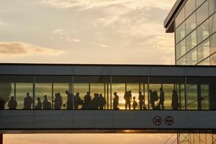 Silhouette people walking in airport sky bridgeの写真素材 [FYI02172928]