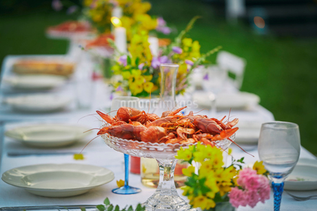 Crayfish in glass bowl on elegant garden party tableの写真素材 [FYI02173004]
