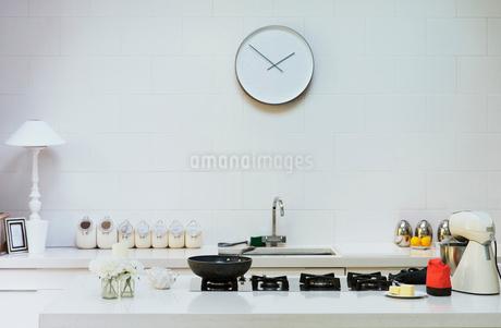 Modern clock on wall in kitchenの写真素材 [FYI02173138]