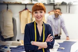 Portrait confident female tailor in menswear workshopの写真素材 [FYI02173152]