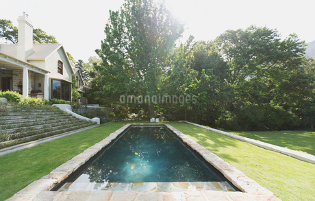 Sunny luxury swimming poolの写真素材 [FYI02173186]