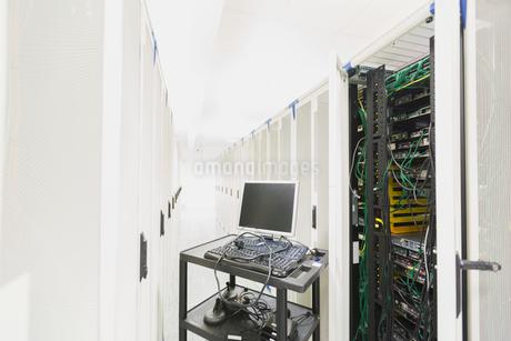 Computer on cart in server room corridorの写真素材 [FYI02173201]