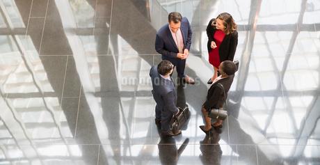 Corporate business people talking in modern office lobbyの写真素材 [FYI02173245]