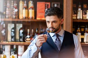 Well-dressed man whiskey tastingの写真素材 [FYI02173250]