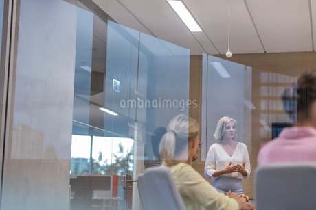Businesswoman leading meeting in conference roomの写真素材 [FYI02173310]