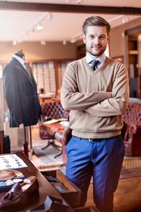 Portrait confident tailor in menswear shopの写真素材 [FYI02173349]