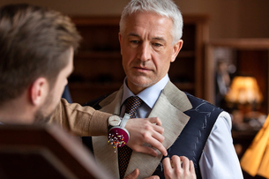 Tailor fitting businessman for suit in menswear shopの写真素材 [FYI02173389]