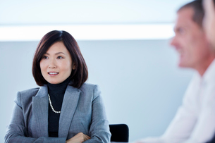Smiling businesswoman listening in meetingの写真素材 [FYI02173439]