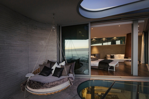 Hanging cushion bed on modern luxury home showcase patioの写真素材 [FYI02173631]