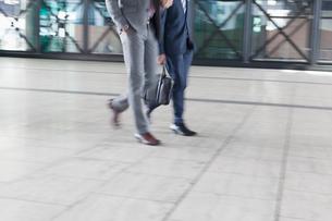 Corporate businessmen walkingの写真素材 [FYI02173668]