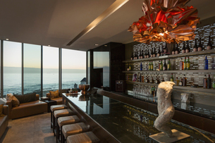 Modern luxury home showcase bar with ocean viewの写真素材 [FYI02173744]