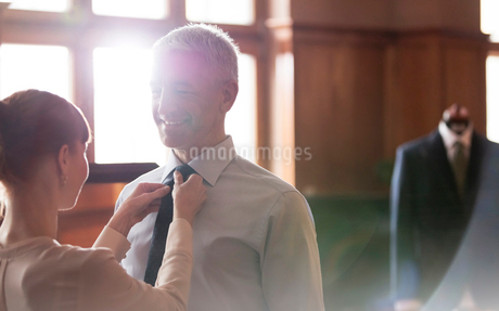 Tailor adjusting tie for businessman in menswear shopの写真素材 [FYI02173750]