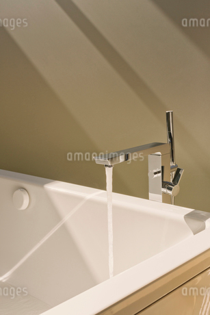Water falling from modern bathtub faucetの写真素材 [FYI02173818]