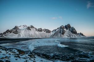 Icy beach and mountains, Hofn, Icelandの写真素材 [FYI02173820]
