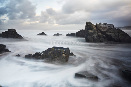 Long exposure ocean swirling around rocks, Devon, United Kingdomの写真素材 [FYI02173824]